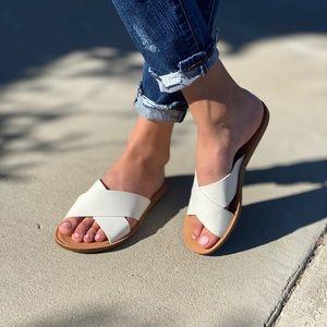 HP 🥳 White crisscross sandal